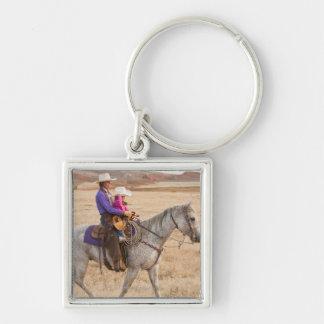 Caballo de montar a caballo de la madre y de la llavero cuadrado plateado