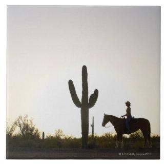 Caballo de montar a caballo hispánico de la mujer azulejo cuadrado grande
