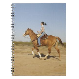Caballo de montar a caballo hispánico de la mujer libros de apuntes