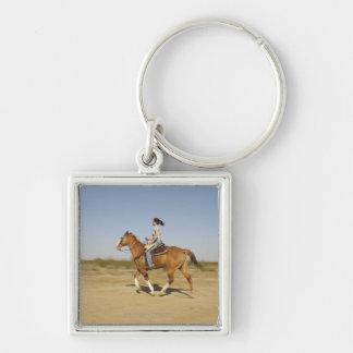 Caballo de montar a caballo hispánico de la mujer  llavero