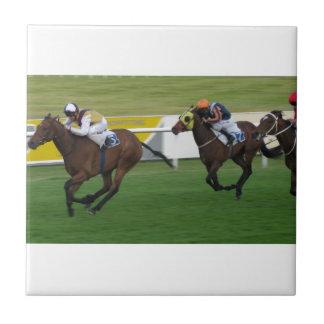caballo de raza, compitiendo con deportes azulejo cuadrado pequeño