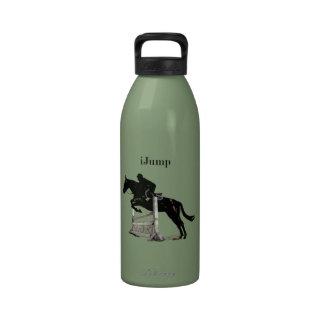 caballo del iJump que salta la botella de agua reu