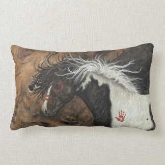 Caballo del Pinto del semental por la almohada de