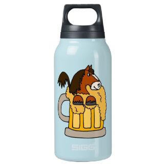 Caballo divertido de Clydesdale en taza de cerveza