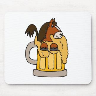 Caballo divertido de Clydesdale en taza de cerveza Alfombrillas De Ratón
