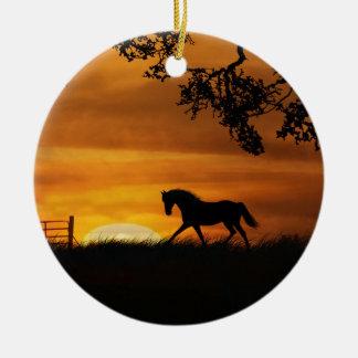 Caballo en el ornamento de la puesta del sol adorno navideño redondo de cerámica