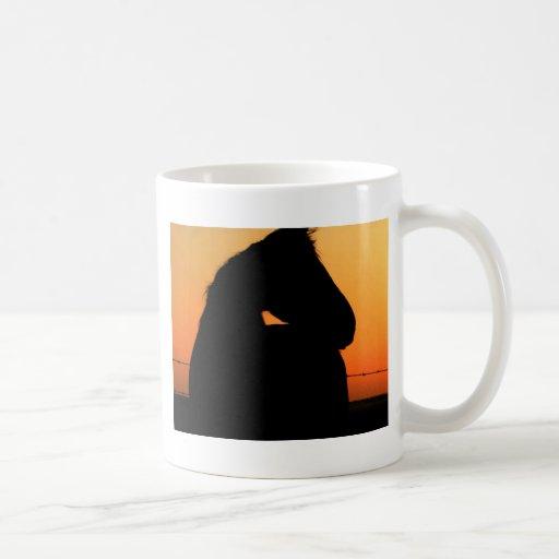 Caballo en la puesta del sol taza
