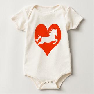 Caballo en mi corazón (blanco en rojo) mameluco