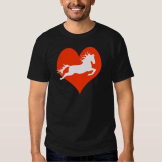 Caballo en mi corazón (blanco en rojo) remeras