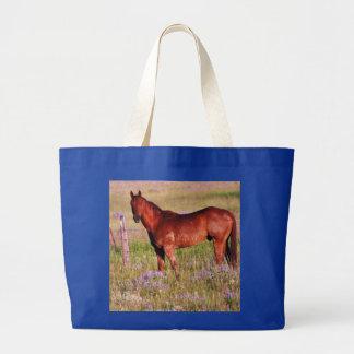 caballo en pasto bolsas de mano