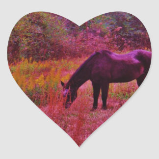 Caballo en un campo coloreado del caleidoscopio pegatina en forma de corazón