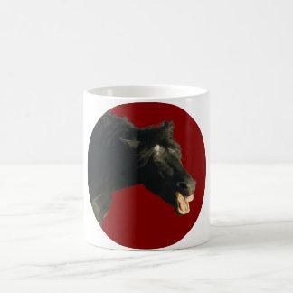 Caballo frisio en círculo rojo taza
