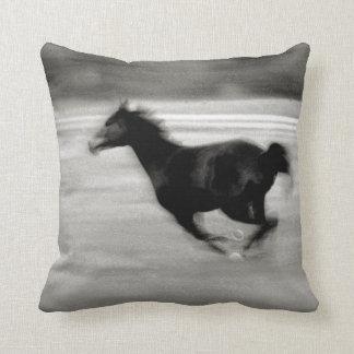 Caballo galopante blanco y negro almohada
