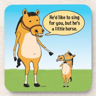 Caballo grande divertido y pequeño caballo posavasos de bebida