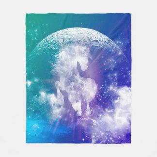 Caballo hecho de nebulosas y de nubes en el manta de forro polar