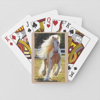 Caballo hermoso en una cubierta de tarjetas baraja de cartas