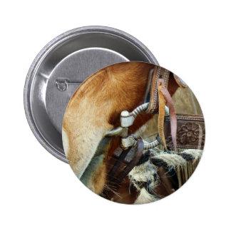 Caballo mordido y correa en caballo pin redondo 5 cm