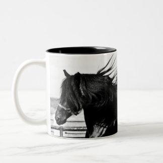 Caballo negro de la belleza taza de café