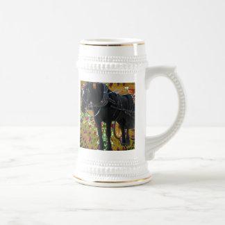 Caballo negro en la naturaleza animal de las jarra de cerveza