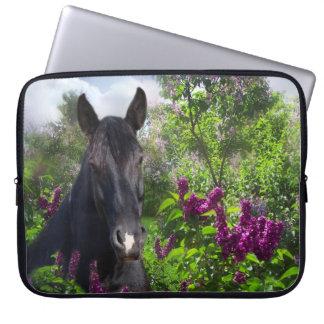 Caballo negro en lilas mangas portátiles