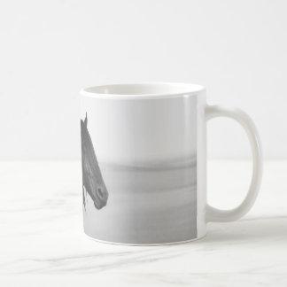 Caballo negro frisio orgulloso del semental taza básica blanca