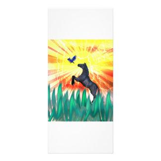 Caballo negro que se alza, hierba del semental de  diseño de tarjeta publicitaria