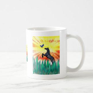 Caballo negro que se alza, hierba del semental de  taza de café