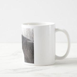 Caballo negro solitario en nieve taza clásica
