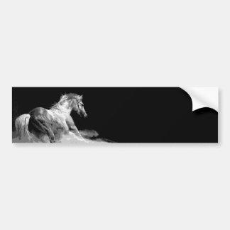 Caballo negro y blanco en la acción etiqueta de parachoque