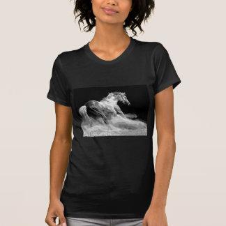 Caballo negro y blanco en la acción camisetas