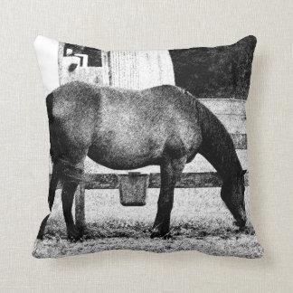 caballo por bosquejo blanco y negro de la cerca cojín