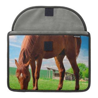 caballo que come la hierba funda para macbooks