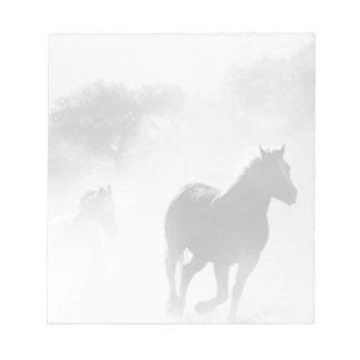 Caballo que galopa de la niebla libreta para notas