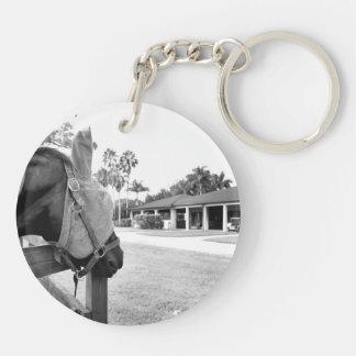caballo que mira fijamente bw c.jpg del granero llavero redondo acrílico a doble cara