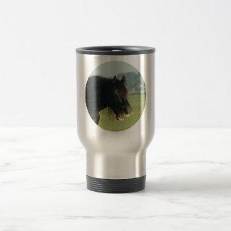 Caballo-retrato frisio que bosteza en círculo taza de café