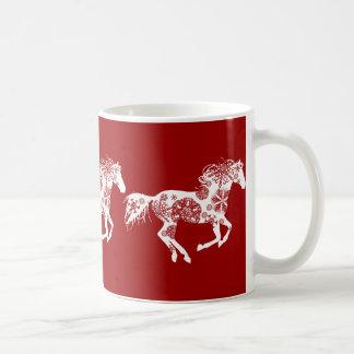 Caballo rojo y blanco del navidad del copo de taza básica blanca