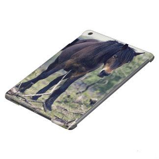 caballo salvaje negro del potro en la acción funda para iPad air