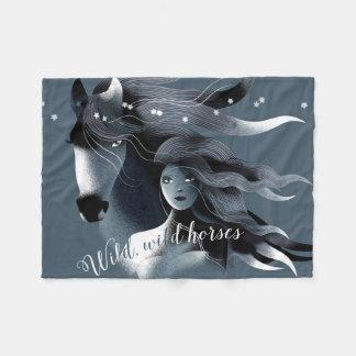 Caballo salvaje y un chica manta de forro polar