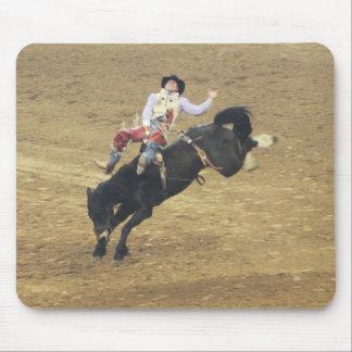 Caballo salvaje y vaquero Bucking del rodeo de Hou Alfombrillas De Ratones