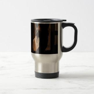 Caballo silueteado en parada del granero tazas de café