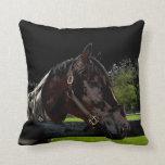 caballo sobre colores oscuros de la vista lateral  cojin