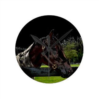 caballo sobre colores oscuros de la vista lateral relojes de pared