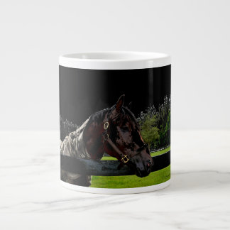 caballo sobre colores oscuros de la vista lateral taza grande