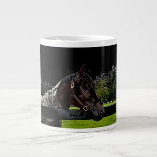 caballo sobre colores oscuros de la vista lateral tazas extra grande
