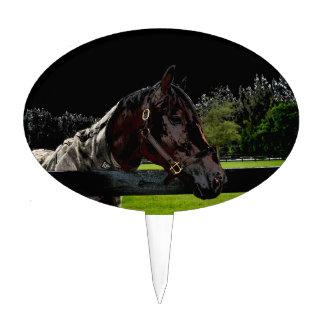 caballo sobre oscuridad de la vista lateral de la decoraciones para tartas