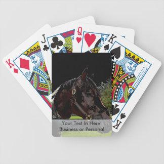 caballo sobre oscuridad de la vista lateral de la baraja de cartas bicycle