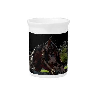 caballo sobre oscuridad de la vista lateral de la jarrones