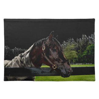 caballo sobre oscuridad de la vista lateral de la manteles individuales