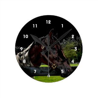 caballo sobre oscuridad de la vista lateral de la reloj redondo mediano