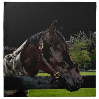 caballo sobre oscuridad de la vista lateral de la servilleta